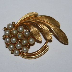Stunning vintage gold and pearl brooch